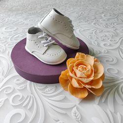 Белые демисезонные ботинки.