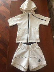 Спортивный костюм Adidas, джинсовые шорты Zara
