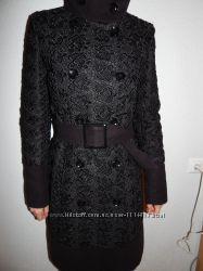 Черное пальто с кружевной нашивкой от lave republic 42 размера.