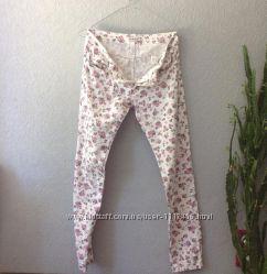 Белые джинсы в цветочный принт