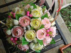 Розы в корзине сладкий букет