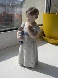 Девочка с куклой, Роял Копенгаген, 1923 год
