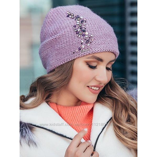 Стильная шапка-колпак с аппликацией из камней в сиреневом цвете