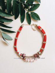 Красное колье stradivarius с элементами дерева, металла и ракушек