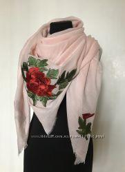 Женский платок с цветами в украинском стиле