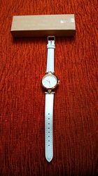Элегантные часы с белым ремешком Yves Rocher