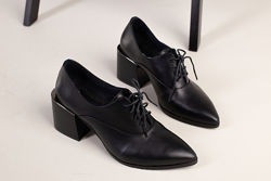 Туфли кожаные на широком каблуке с острым носком черные 5901