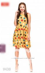 Горчичное приталенное платье с пышной юбкой в разноцветных ромашках