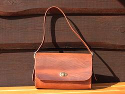 Кожаная женская сумка багет коричневого цвета с персонализацией