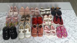 Много разной обуви для девочек