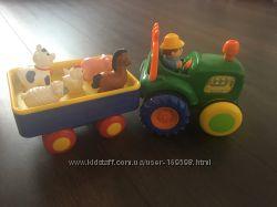Фермер на тракторе с прицепом