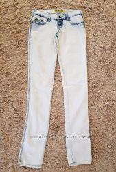 Бело-голубые джинсы