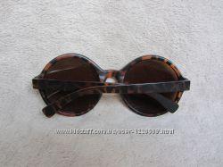 Классические очки в роговой оправе.