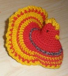 Декоративная вязаная курочка, усаживается на куриное яйцо