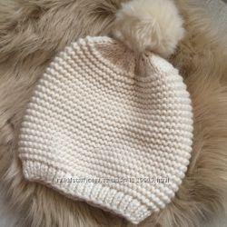 Молочная шапка с меховым балабоном