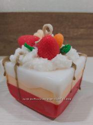 Свеча-тортик  Клубничный чизкейк с  шоколадным сиропом