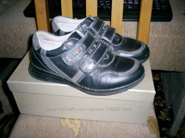Туфли KELLARIFENG  р.37- стелька 22, 8 см, сост. отл. не промокают.