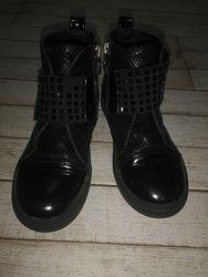 Красивые лаковые деми ботинки Tom M