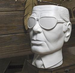 Декор-скульптура в виде головы  Лагерфельда, с функциональным отверстием.