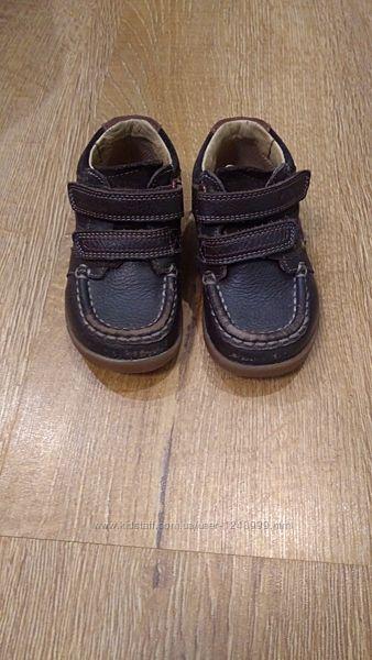 мокасіни, кросівки