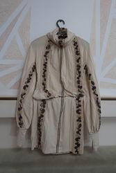 Бежевое платье в национальном стиле
