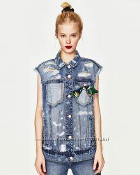 Джинсовый жилет от Zara.