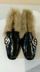 Шикарные женские туфли лоферы. Лаковые лоферы с мехом в стиле Гуччи.