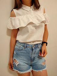 Красивая белая блузка с открытыми плечами
