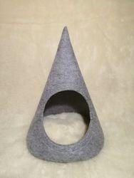 Домик-лежанка для котов и мелких собак из войлока