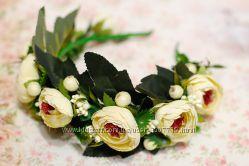 Пышный и объемный ободок с большими цветами и зеленью