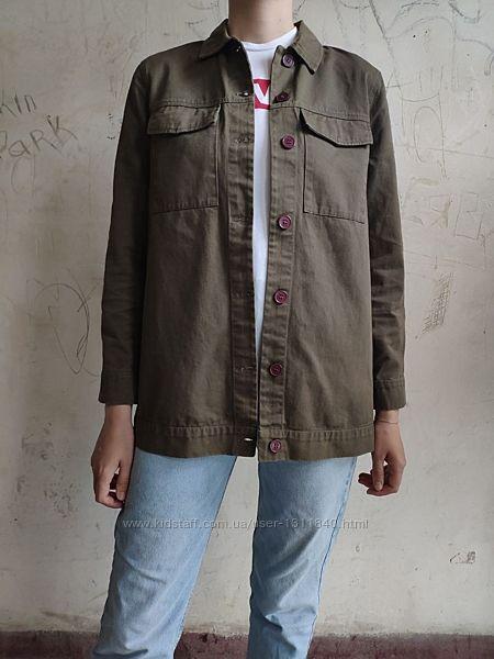 Куртка- рубашка цвета хаки с вышивкой на спине pull and bear, пиджак