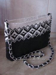 Вязаная женская сумка в черно-белой гамме