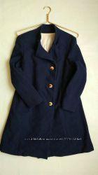 Пальто с разрезом синего темного цвета пуговки золото