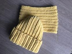Велюровая шапка и снуд желтого цвета ручной вязки