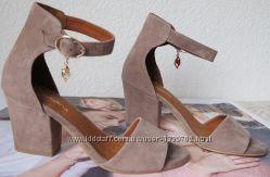 Nona Летние очень удобные туфли босоножки на удобном каблуке 7 см замша