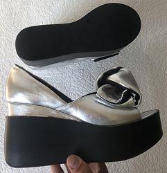 Кожаные женские туфли серебро с бантом на черной платформе открытый носок