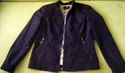 Замечательная куртка ветровка на подкладке без утеплителя.