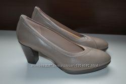 Ecco 39р туфли на каблуке кожаные. сток. новые.