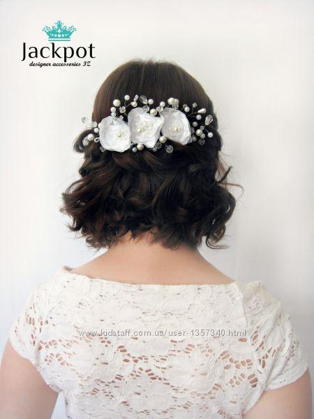 Дизайнерський білий гребінець для волосся з квітами та кристалами від IZ