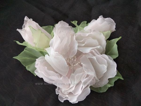 Шикарная, нежнейшая заколка,  брошь ручной работы,  цветы из шифона и атлас