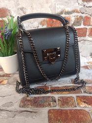 Чёрная кожаная сумочка на цепочке