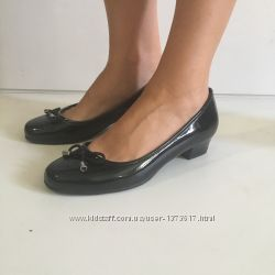 новые лаковые туфли Clarks р. 38  wide fit