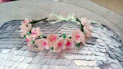 Веночек ручной работы из тканевых цветов и хрусталя