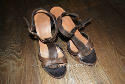 Кожаные коричневые босоножки каблук 37 24 см классика