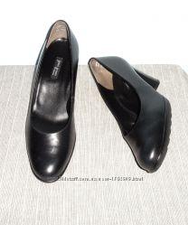 Полностью кожаные туфли , стелька 26 см. Цену снизила