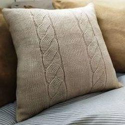 Декоративная вязаная подушка с косичками