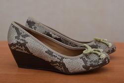 Женские туфли на танкетке в змеиный принт Clarks, 37 размер. Оригинал