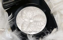 Хайлайтер Chanel Camelia de Plumes Illuminating Powder