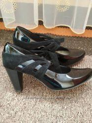 Класні шкіряні туфлі 39 розміру 25. 5см кларкси