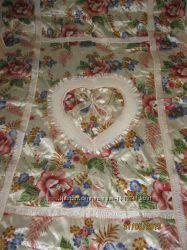 Красивое покрывало с декоративными наволочками на кровать